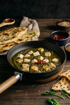 고기를 곁들인 높은 각도의 파키스탄 식사