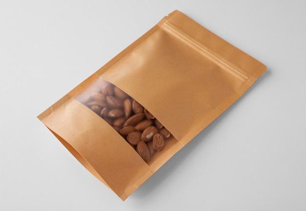 Alto angolo di imballaggi in carta con mandorle