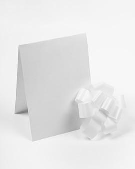 Кусок бумаги под высоким углом и лук