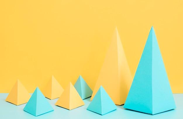 机の上の高角度の紙の形のコレクション