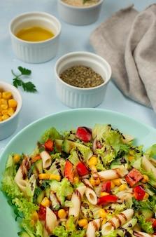 Insalata di pasta ad angolo alto con aceto balsamico, erbe aromatiche e olio