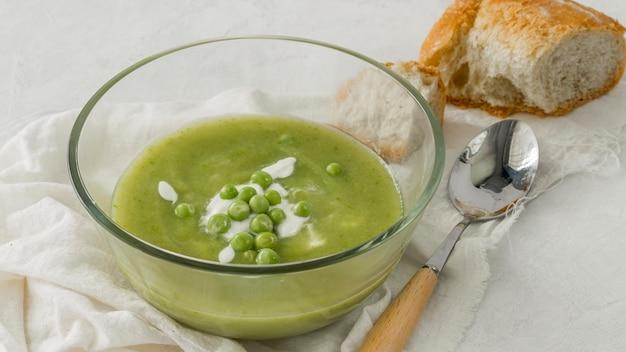 Гороховый суп с хлебом