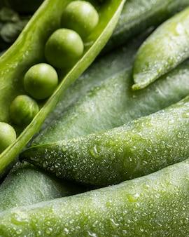 さやの中の高角度のエンドウ豆