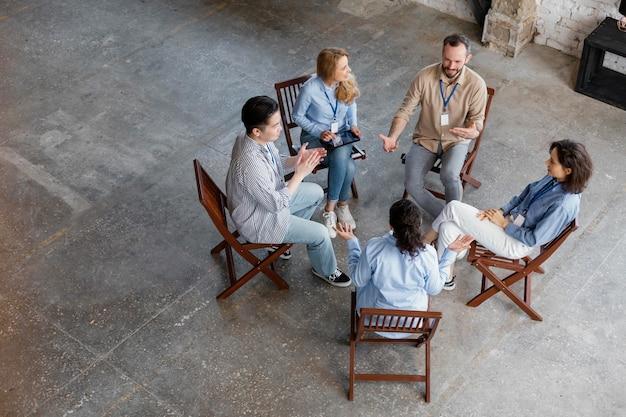 Persone ad alto angolo alla terapia di gruppo