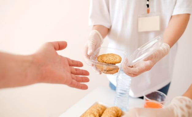 Alto angolo di persona che dà le disposizioni per la giornata degli alimenti