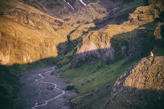 緑の山と川の高角度写真