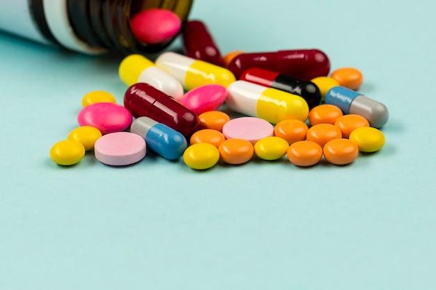 Высокий угол таблетки на столе
