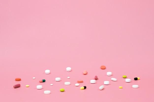 Alto angolo di pillole con spazio di copia