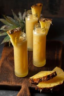 ボトル入りハイアングルパイナップルジュース