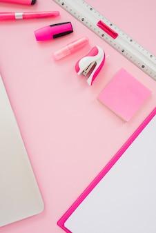 Розовые предметы под высоким углом на столе