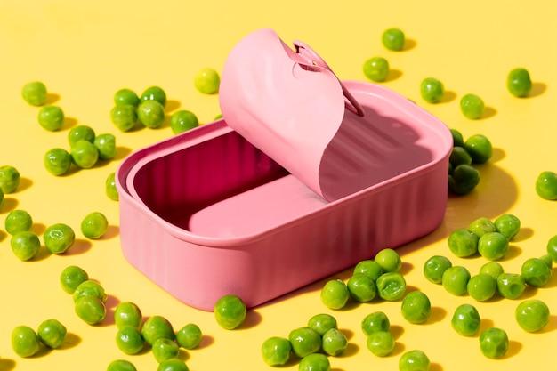 완두콩을 넣은 하이 앵글 핑크 깡통