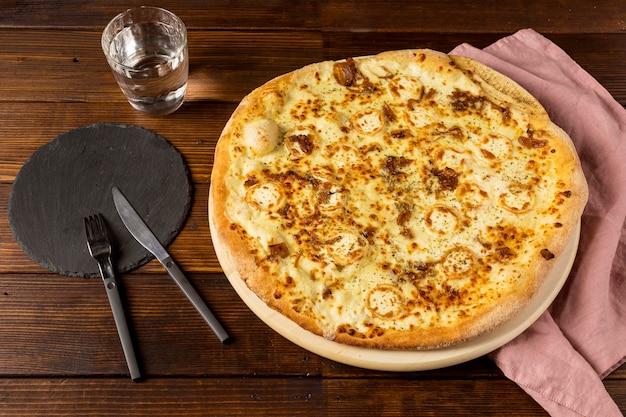 チーズとカトラリーのハイアングルピザ