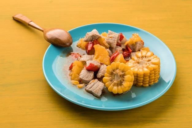 肉とトウモロコシのハイアングルプレート