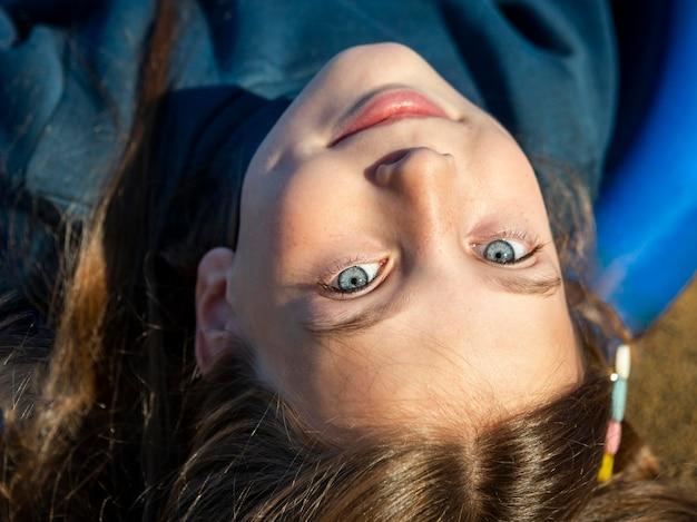 Портрет улыбающейся маленькой девочки под высоким углом