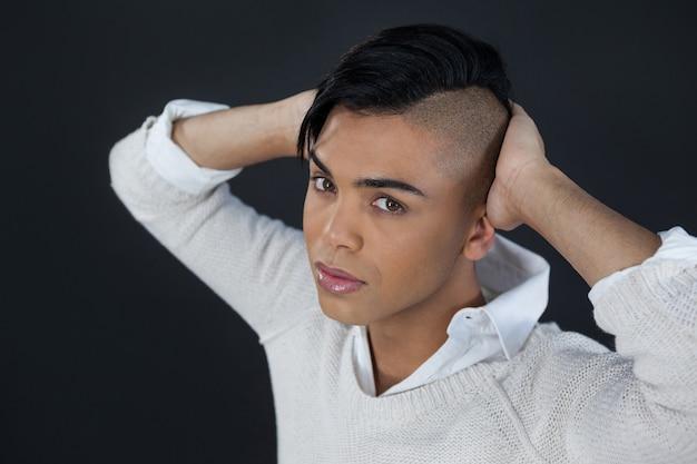 Высокий угол портрета трансгендерной женщины с руками за спиной