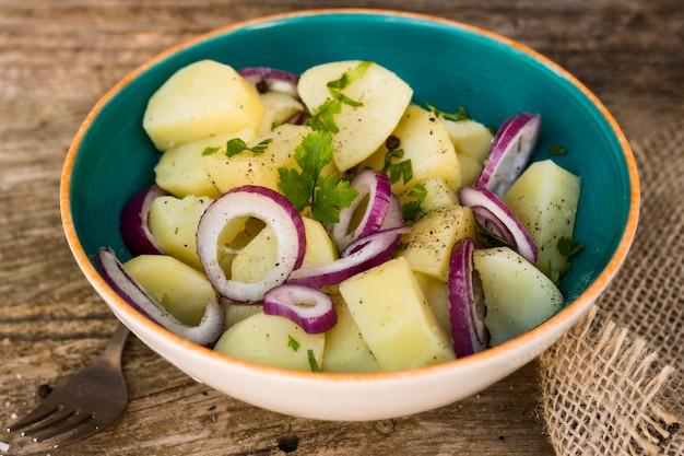 Высокий угол картофельный салат в миске