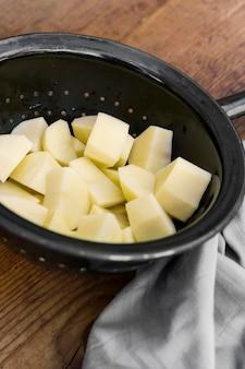 Высокий угол картофеля в дуршлаге