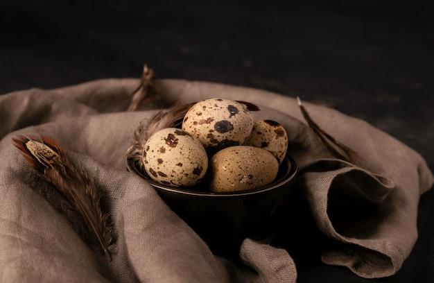 ボウルに高角度のウズラの卵
