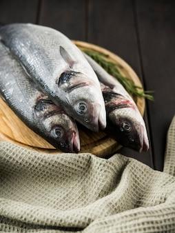 ハーブと高角度の生の魚