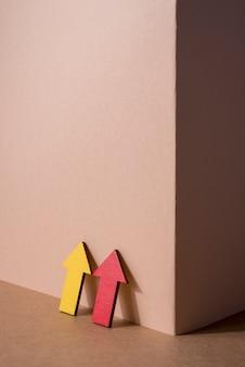 Высокий угол красные и желтые стрелки
