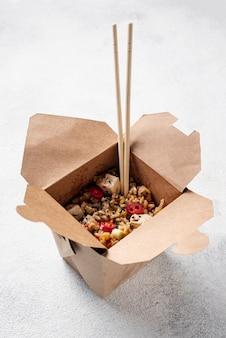 Большой выбор риса и овощей с палочками для еды
