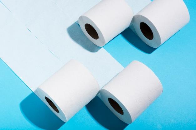 Высокие углы рулонов туалетной бумаги