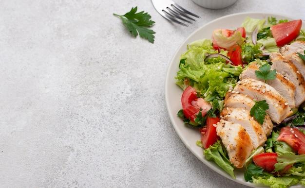 チキンとコピースペースのハイアングルサラダ