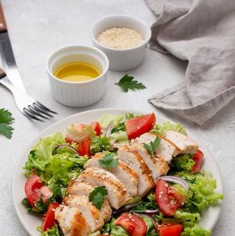 鶏肉、ごま、油のハイアングルサラダ