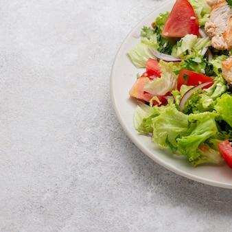 닭고기, 토마토 및 복사 공간을 가진 높은 각도 샐러드