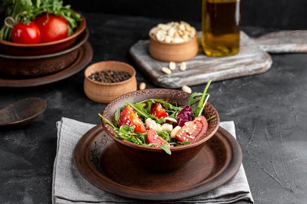 茶色のボウルにさまざまな食材を使ったハイアングルサラダ