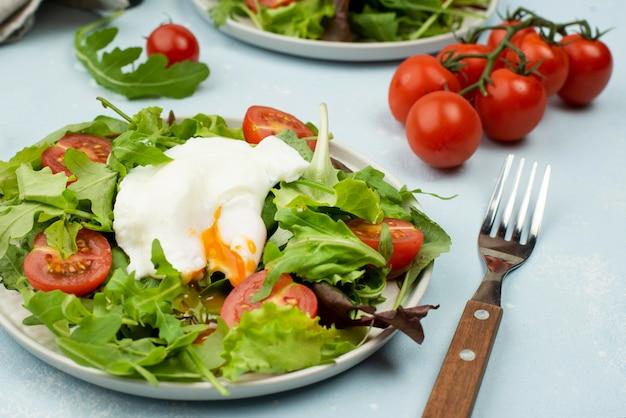 Салат высокий угол с жареным яйцом и помидорами черри