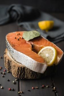 Salmone ad alto angolo con limone e spezie