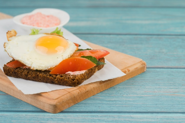 朝食用のハイアングルサンドイッチ