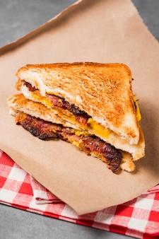 베이컨과 치즈가 들어간 하이 앵글 샌드위치