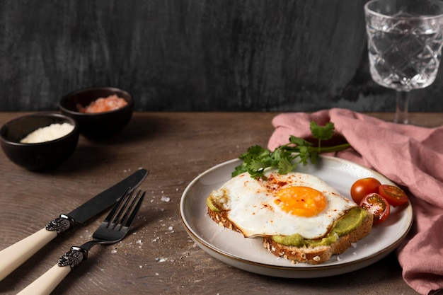 Panino ad angolo alto con uovo e guacamole