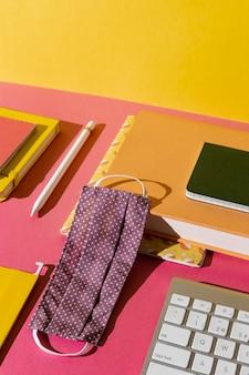 Forniture scolastiche di alto angolo sull'assortimento del tavolo