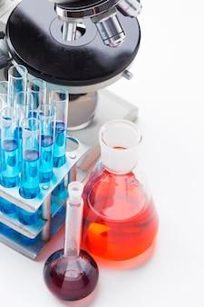 화학 물질 구색이 포함 된 높은 각도의 과학 요소