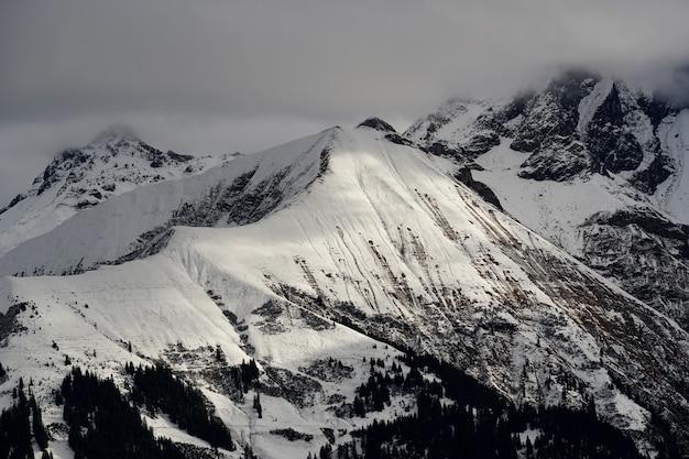 Alto angolo di tiro della catena montuosa alpina sotto il cielo nuvoloso