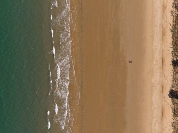 Inquadratura dall'alto di una spiaggia con una piccola città sulla riva