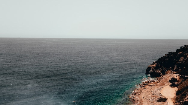 Colpo di alto angolo di una scogliera in riva al mare