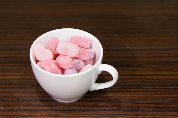Colpo di alto angolo di una tazza piena di caramelle di gelatina