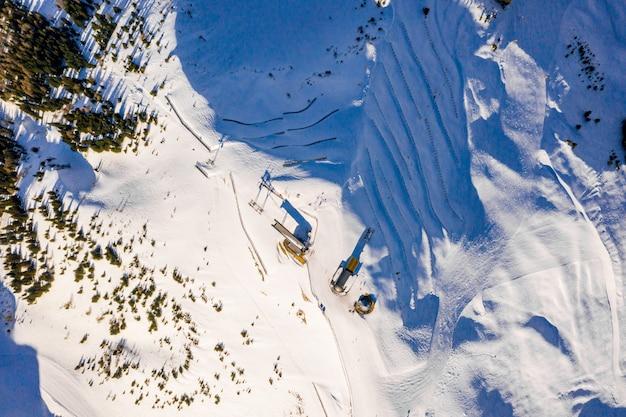 Colpo di alto angolo del fantastico paesaggio invernale delle montagne innevate durante una giornata fredda e soleggiata