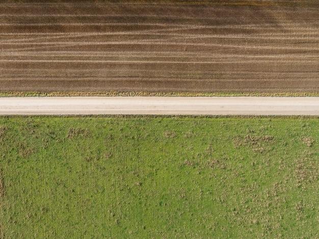 Colpo di alto angolo di un campo con parzialmente andato a secco a causa dei cambiamenti del tempo
