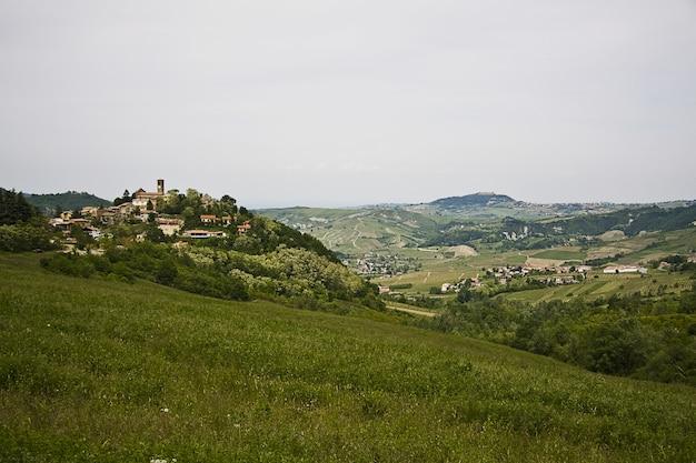 Inquadratura dall'alto di un paesaggio verde con un villaggio con molti edifici
