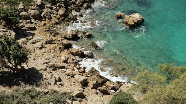 낮에 캡처 한 그리스 크레타의 아름다운 해변의 높은 각도 샷