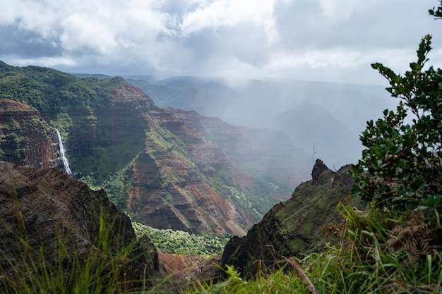 흐린 하늘 아래 바위 절벽이 있는 아름다운 풍경의 높은 각도 샷