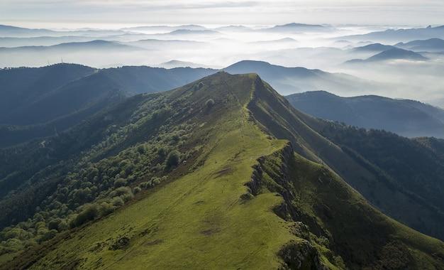 曇り空の下に丘のある美しい山岳風景のハイアングルショット