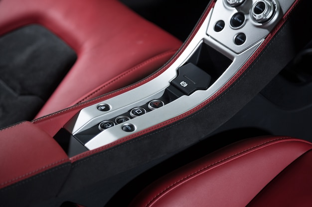 Высокий угол обзора современного интерьера черно-красного автомобиля