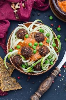 Снимок миски с вкусными овощными фрикадельками под высоким углом