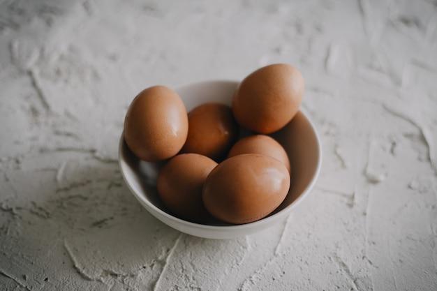 흰색 표면에 계란 그릇의 높은 각도 샷
